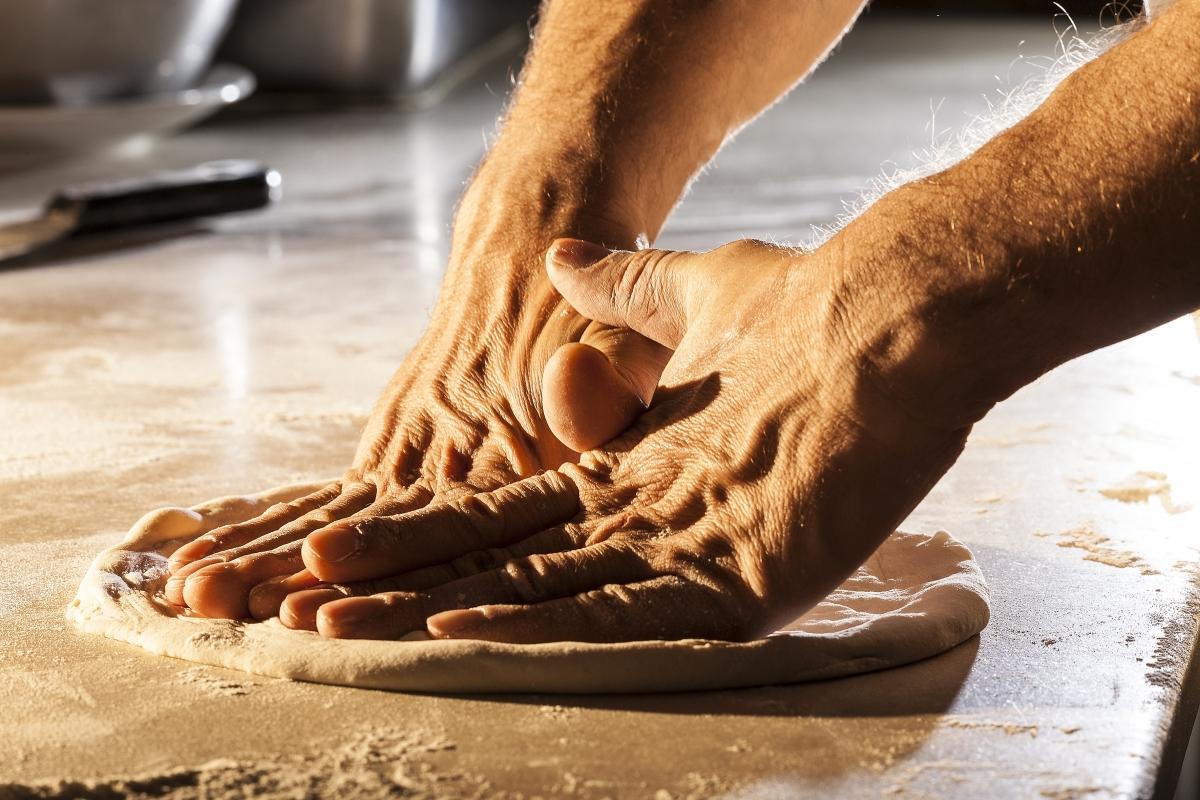 La stesura tradizionale della Pizza Napoletana